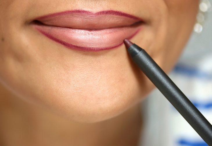 labios con delineador más oscuro que labial