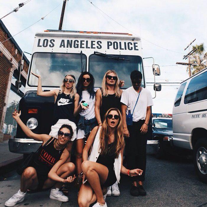 mujeres frente a un camion de policias