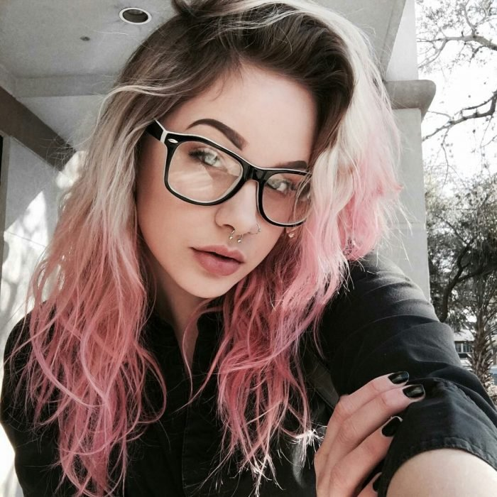 mujer con cabello de colores