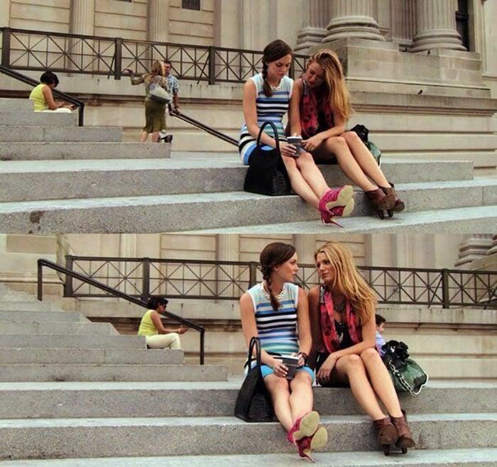 amigas sentadas en escaleras platicando