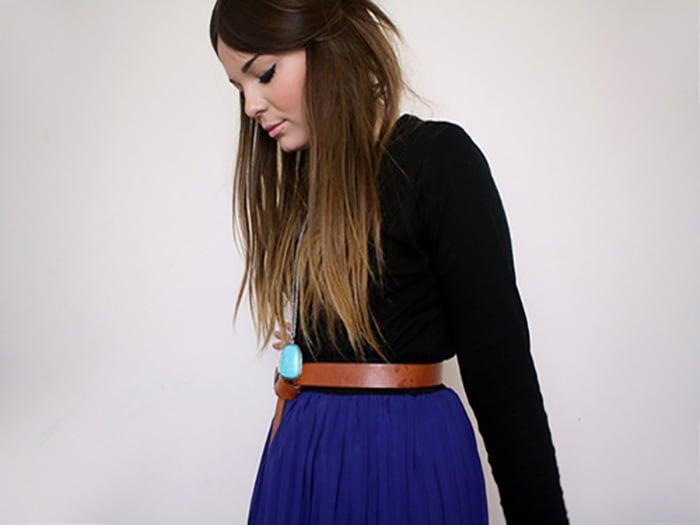 chica con falda azul y camisa negra de manga larga