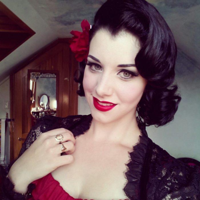 chica de cabello negro piel muy blanca y labios rojos