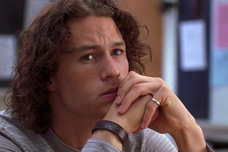 Actor heath ledger de la película 10 cosas que odio de ti con las manos cruzadas