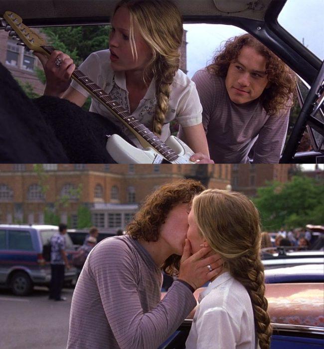 Escena de la película 10 cosas que odio de ti. Chico regalando una guitarra a una chica y después besándola