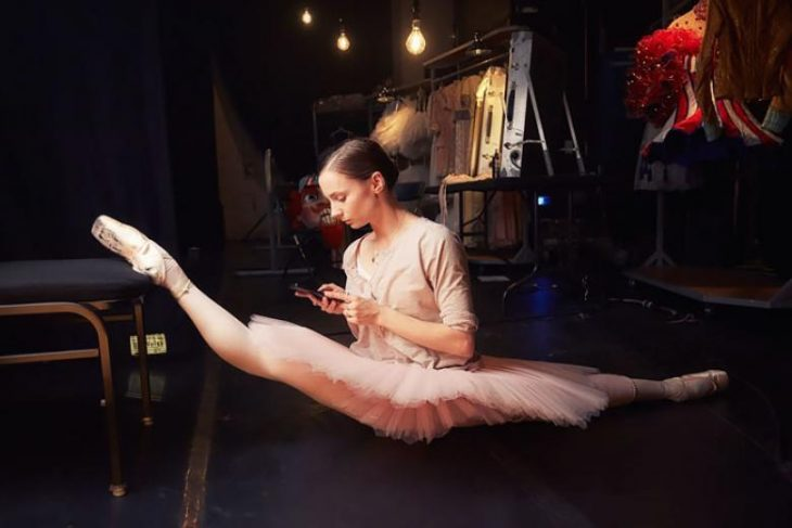 bailarina haciendo estiramientos con una silla