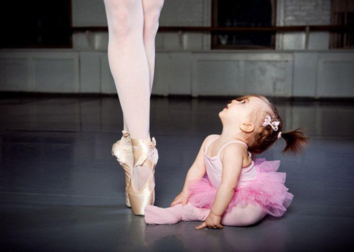 bebé vestida de bailarina a un lado de bailarina adulta