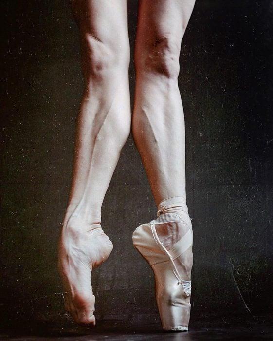 bailarina en puntas sin una zapatilla