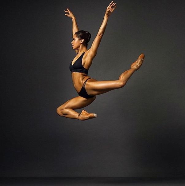 bailarina de ballet captada en el aire