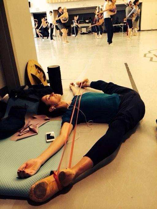 bailarina estirando las piernas