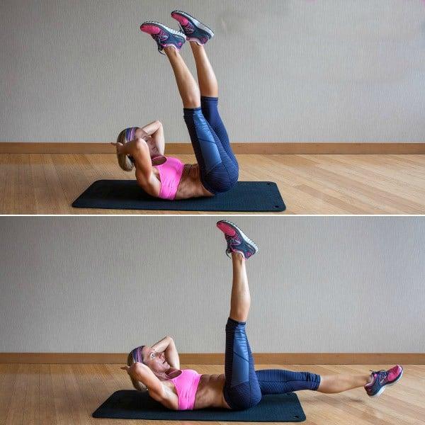chica en el suelo haciendo rutina de ejercicio donde levanta piernas