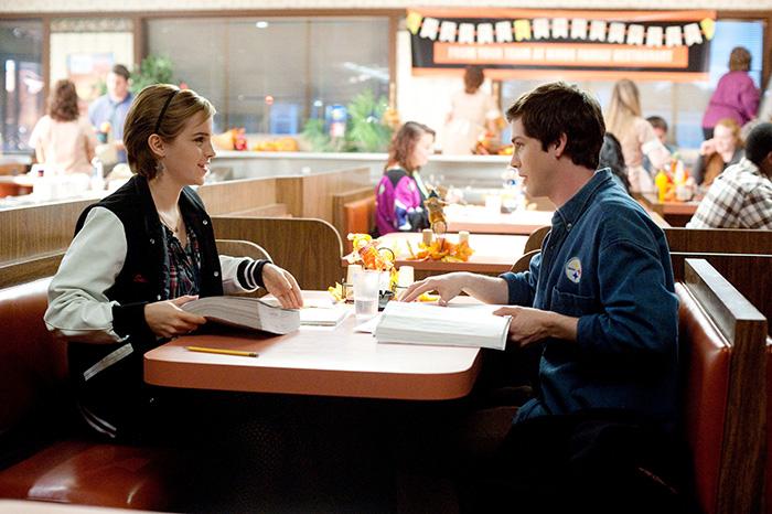 chico y chica en una mesa estudiando
