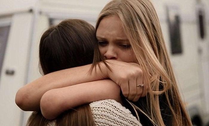 chicas amigas abrazadas llorando