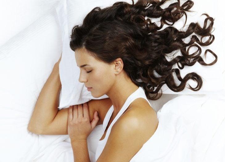 chica con amlohada blanca dormida