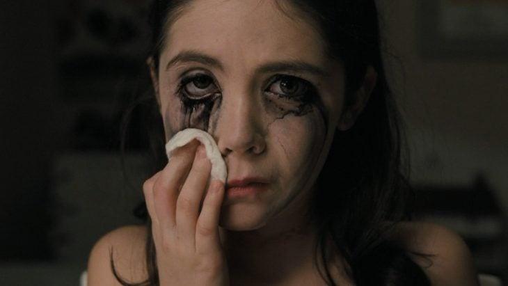 niña llorando se corre el maquillaje