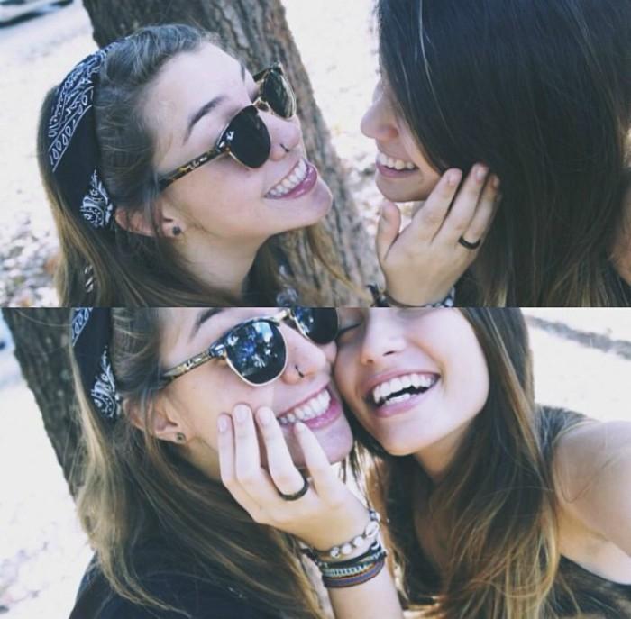 amigas se agarran la cara mejores amigas sonrien