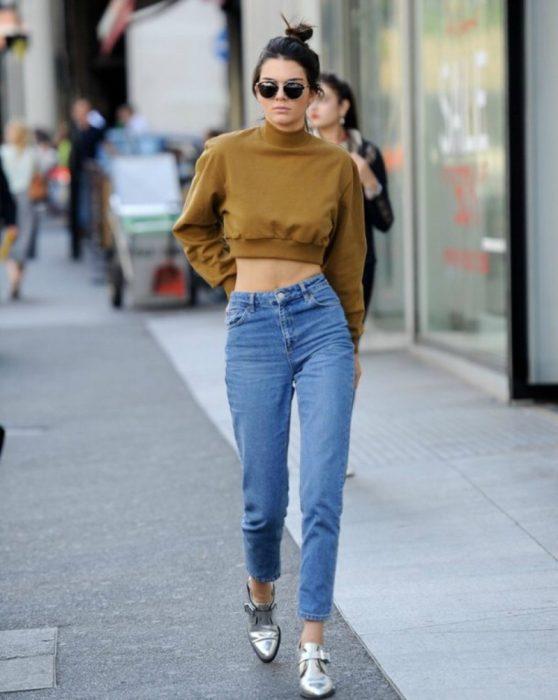 mujer con pantalon de mezclilla