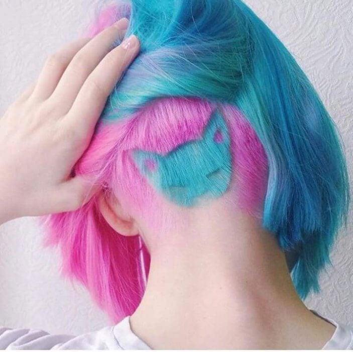 chica con corte de colores y tatuaje capilar de gato