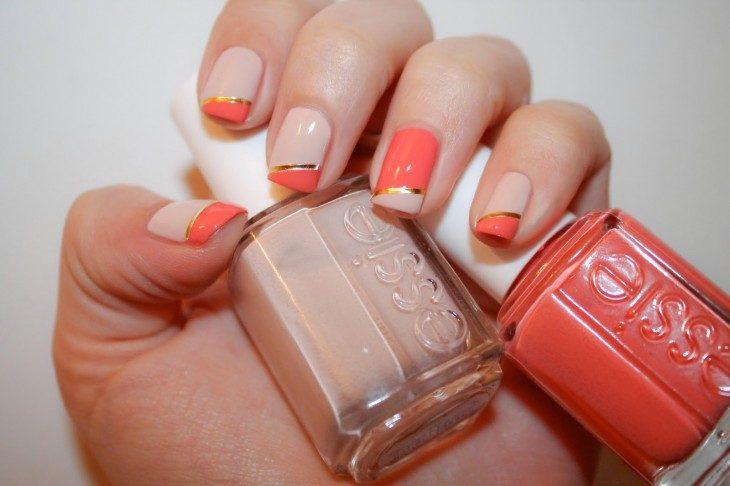 manos de mujer con las uñas pintadas y esmalte naranja