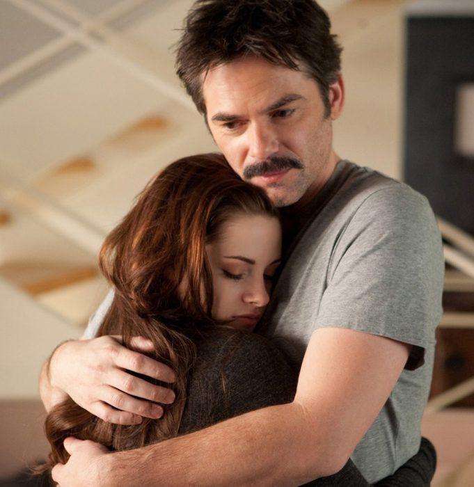 chica abrazando a su papa