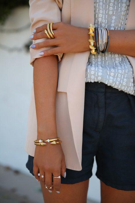 mujer con joyeria de plata y oro