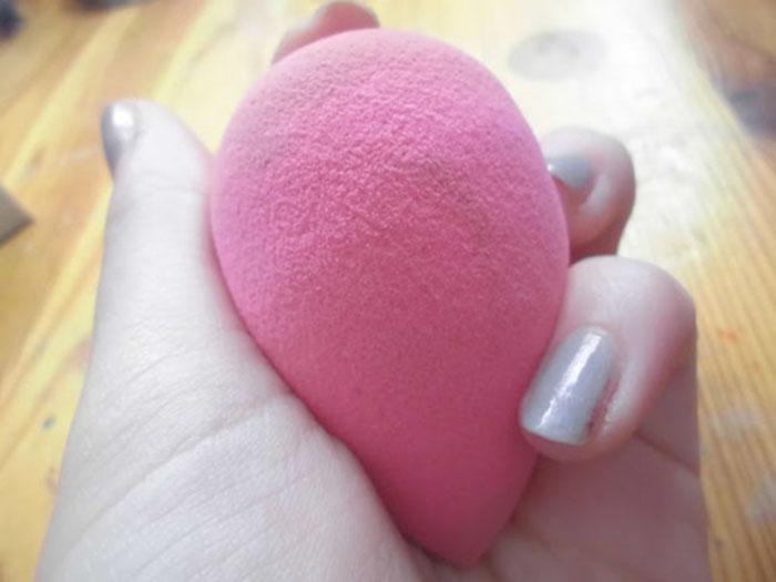 esponja rosa para aplicar maquillaje