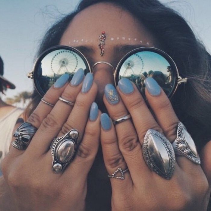 manos con anillos en los dedos
