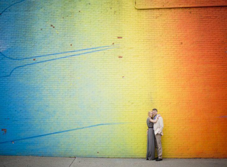 pareja en pared pintada de colores