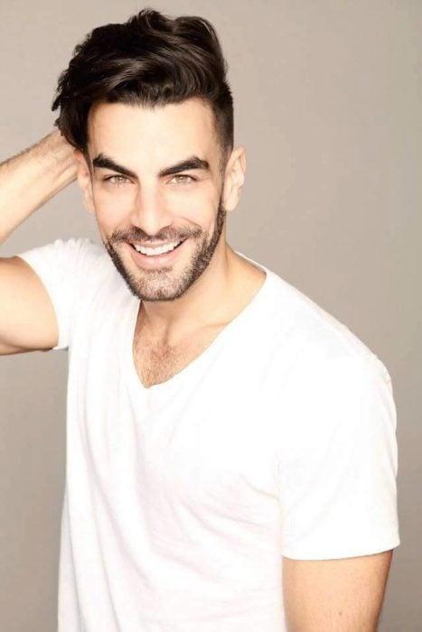 Javier Jattin con camisa blanca y sonriendo