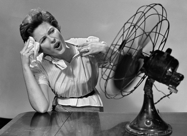 mujer sudando frente a ventilador
