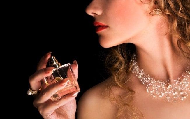 mujer rociando perfume de noche