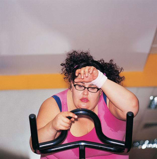 chica con lentes en el gimnasio