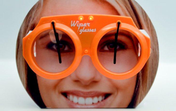 chica con lentes y limpiaparabrisas