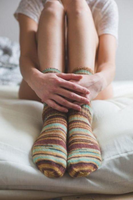 chica con calcetas en tiempo de calor