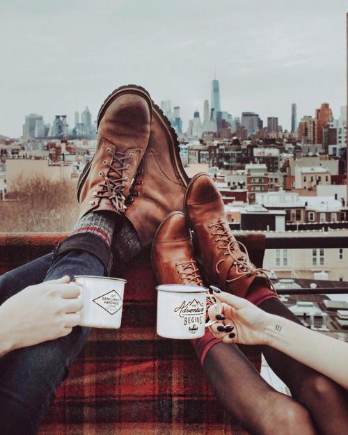 pies de chicos tomando café