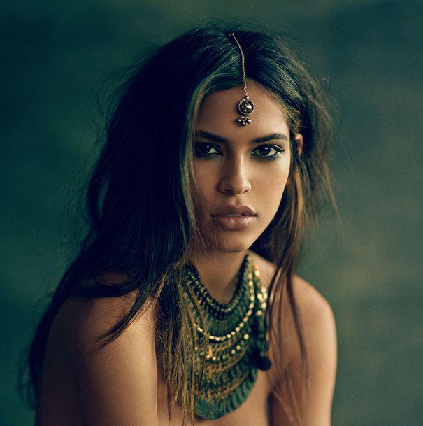 Chica vestida como una diosa egipcia