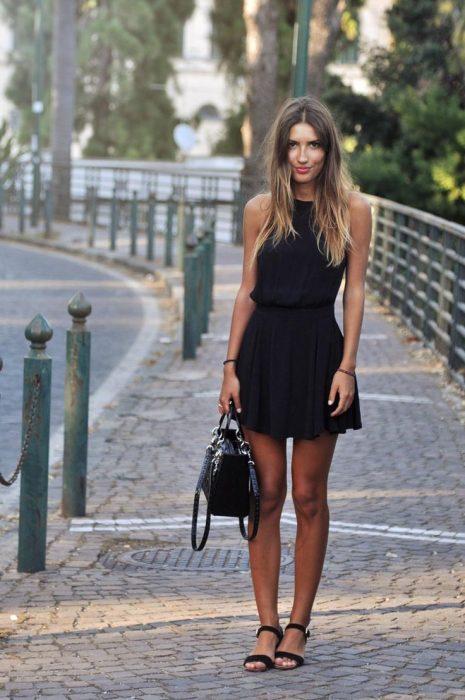 mujer con vestido y sandalias planas