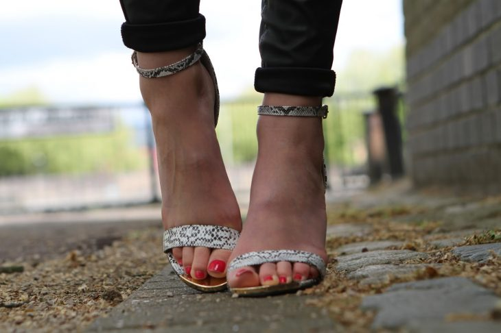pies de mujer con sandalias altas
