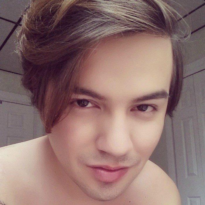 hombre sin playera y de cabello castaño