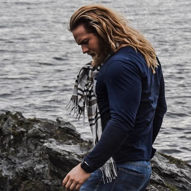 hombre de barba rubia y cabello largo con bufanda