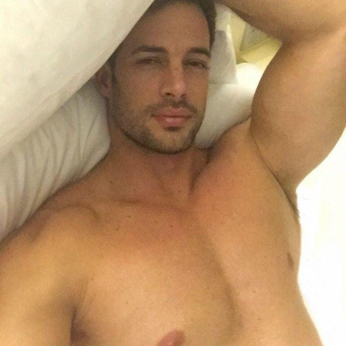 hombre sin playera acostado en la cama