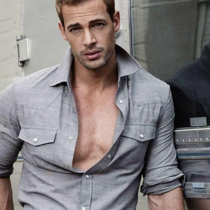 hombre rubio con camisa gris desabotonada