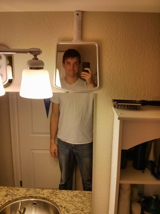 chico alto con espejo de mano
