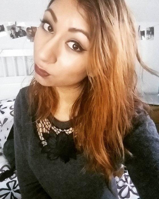chica con cabello decolorado naranja