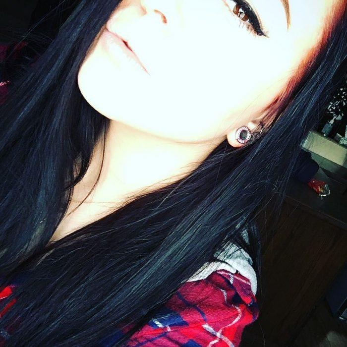 chica muy pálida cabello oscuro
