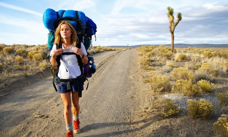mujer caminando con backpack sola