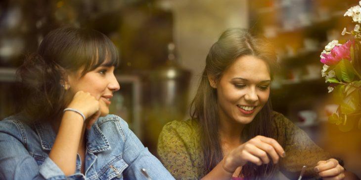 amigas platicando en café