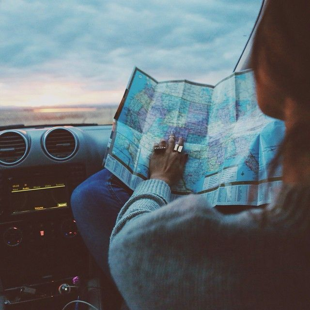 chica en coche con mapa en mano