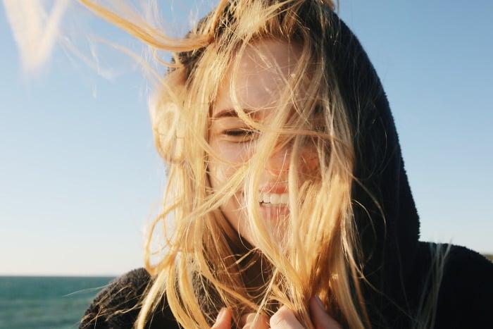 chica cabellos en el aire