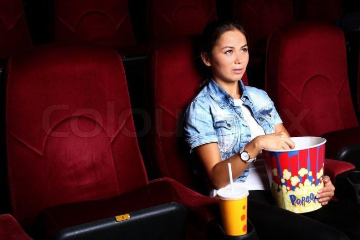 chica sola en el cine