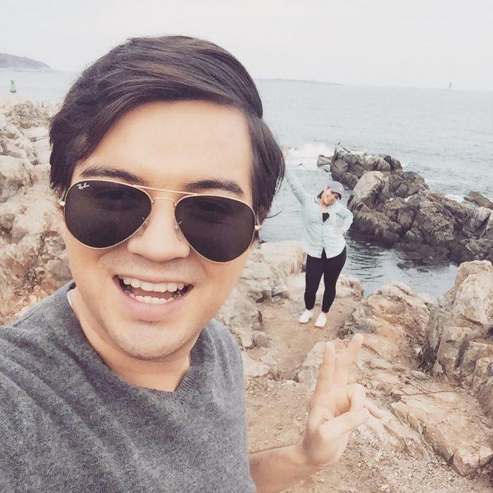 hombre con lentes en el mar sonrie